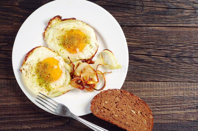 Huevos fritos con la cebolla fotografía de archivo libre de regalías