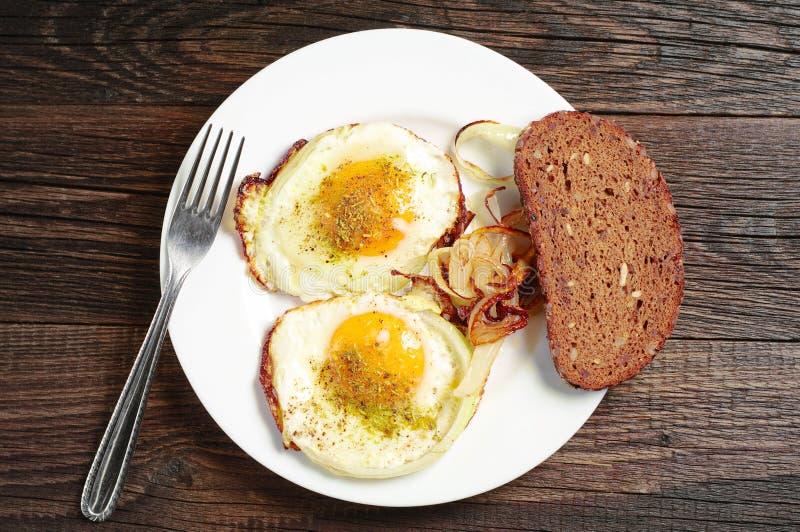 Huevos fritos con la cebolla para el desayuno imágenes de archivo libres de regalías