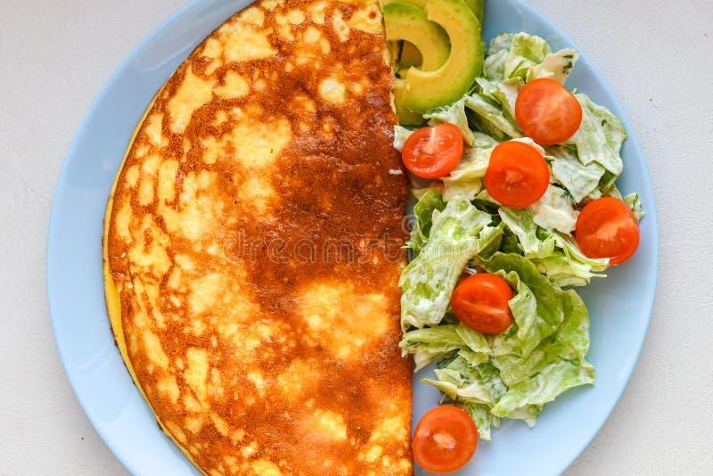 Huevos fritos con la ensalada vegetal Tortilla de huevos con la ensalada vegetal fotos de archivo libres de regalías