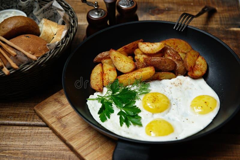Huevos fritos con las patatas imagen de archivo