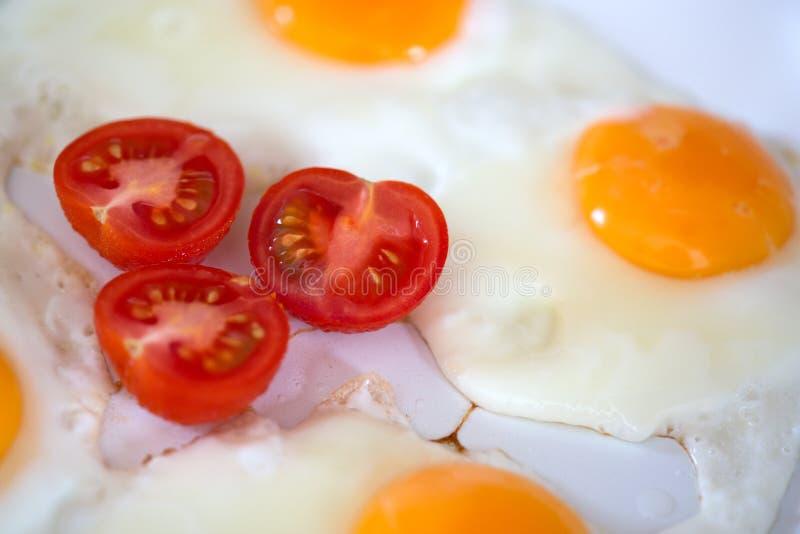 Huevos fritos con los tomates de cereza imágenes de archivo libres de regalías