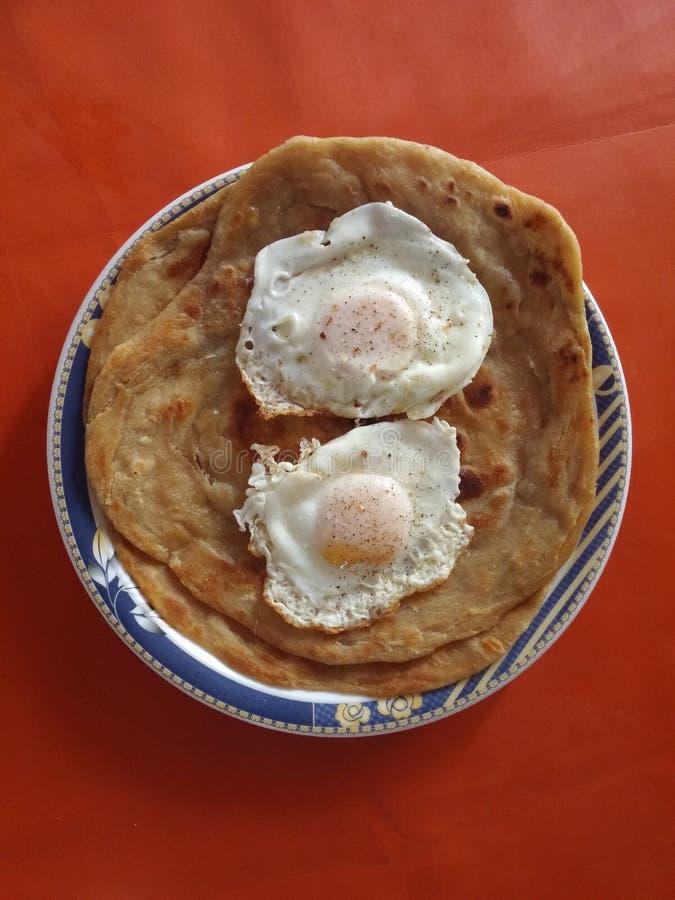Huevos fritos con paratha fotografía de archivo libre de regalías