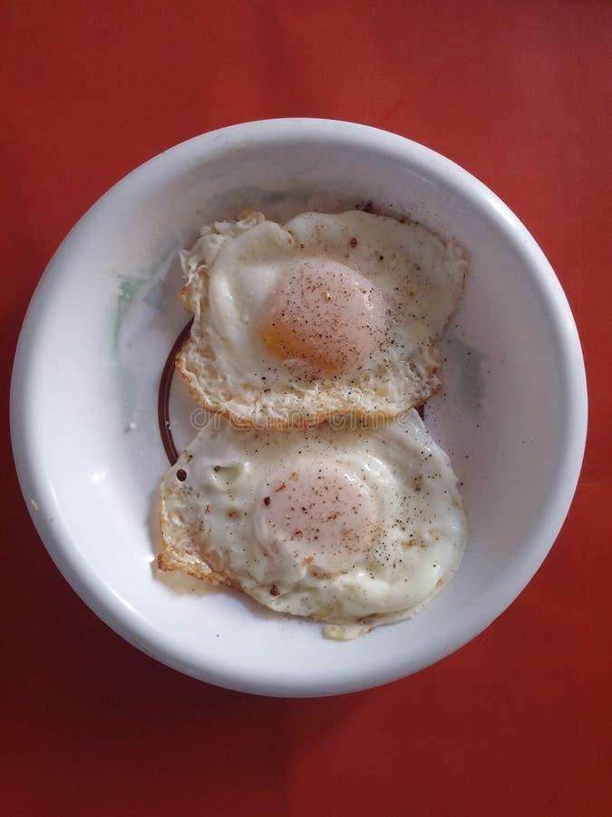 Huevos fritos de la mitad fotografía de archivo