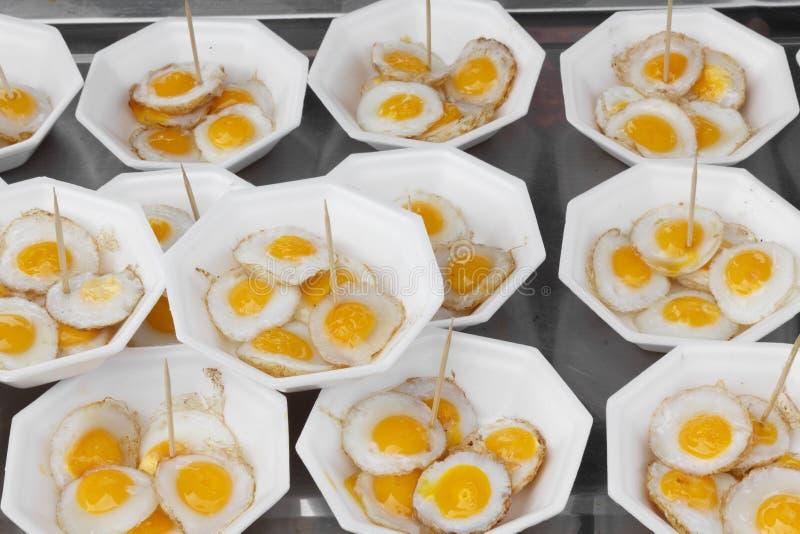 Huevos fritos de las codornices foto de archivo