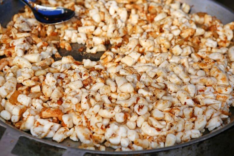 Huevos fritos del calamar en la cacerola, mercado de la comida de la calle en Tailandia fotos de archivo