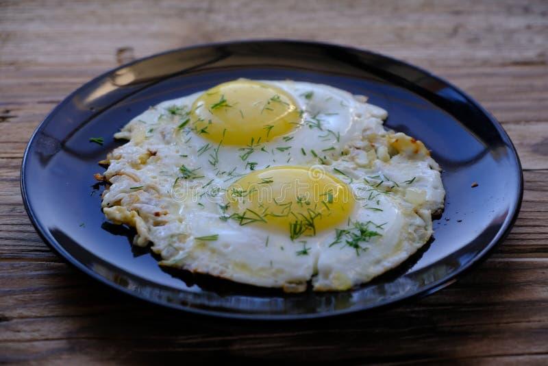 Huevos fritos en un plato foto de archivo libre de regalías