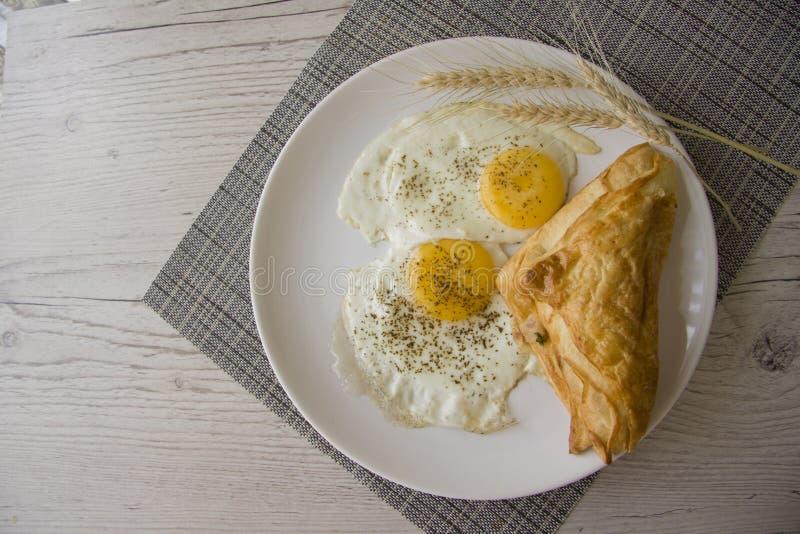 Huevos fritos y bocado foto de archivo