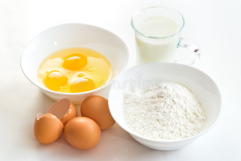 Huevos harina y leche fotos de archivo