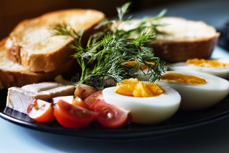 Huevos hervidos, desayuno sano, tostada con mantequilla fotos de archivo