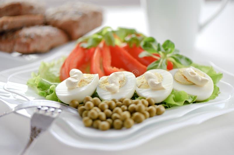 Huevos hervidos en las hojas de la lechuga imagen de archivo