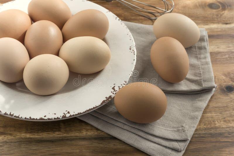 Huevos libres de la gama en el cuenco, servilleta fotografía de archivo libre de regalías