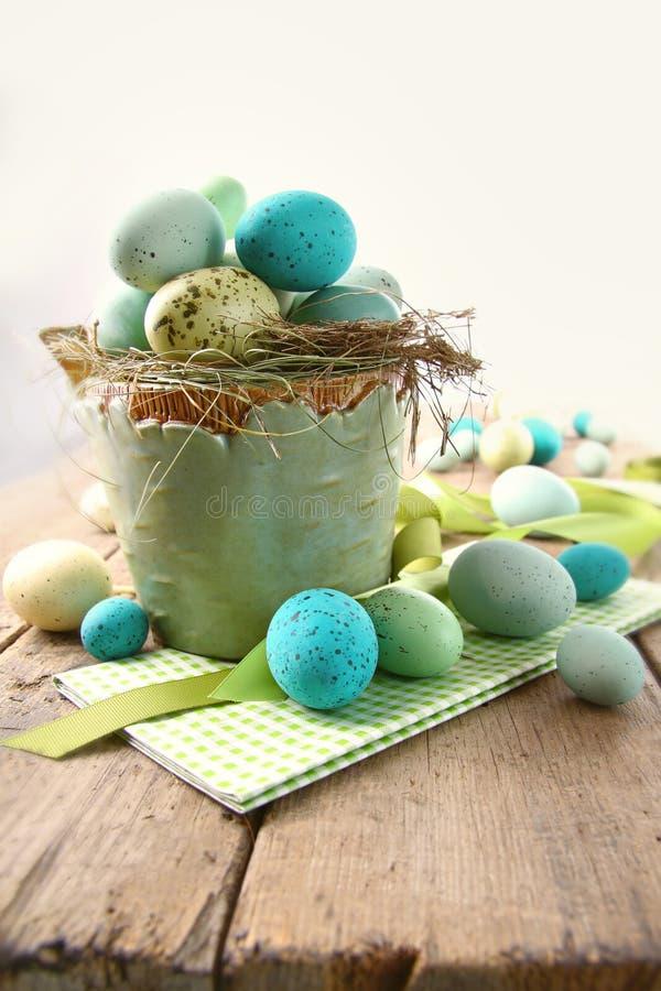 Huevos manchados en el cuenco para Pascua fotografía de archivo