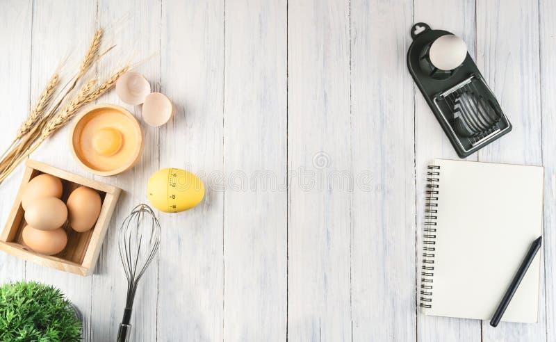 Huevos marrones de la visión superior en la madera blanca, espacio de la copia imagenes de archivo
