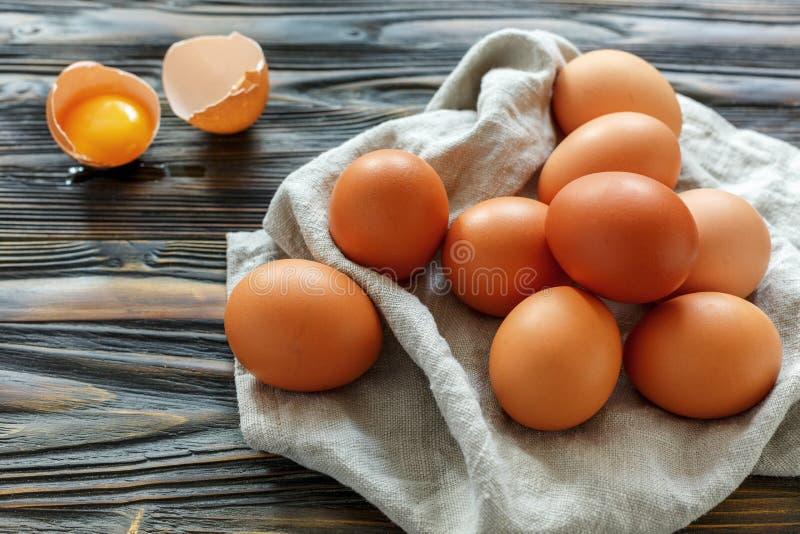 Download Huevos Marrones Del Pollo Fresco En Una Toalla De Lino Foto de archivo - Imagen de huevos, orgánico: 100532158