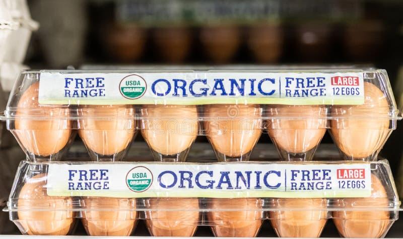 Huevos orgánicos de la gama libre en venta en el supermercado fotos de archivo libres de regalías