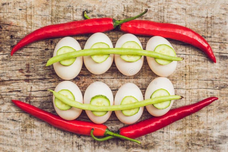 Huevos, pimientas, habas y pepinos bajo la forma de dientes y breakets variedades de soporte o de apoyo ortodóntico foto de archivo libre de regalías