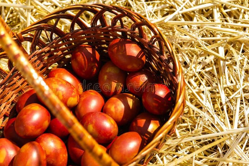 Huevos pintados del pollo en una cesta imágenes de archivo libres de regalías