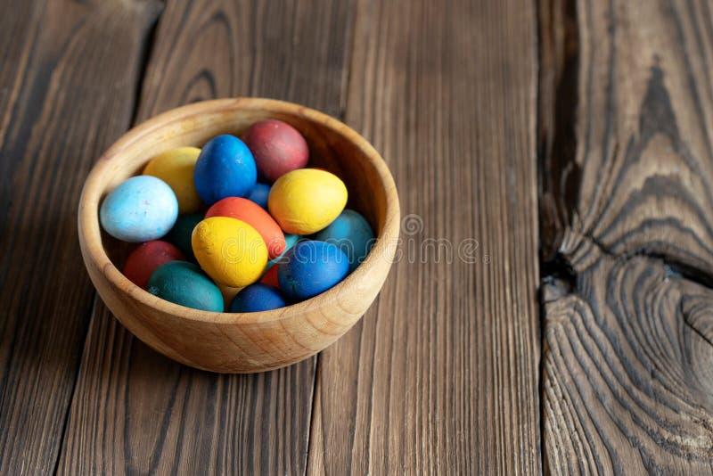 Huevos pintados en un cuenco de madera fotografía de archivo libre de regalías