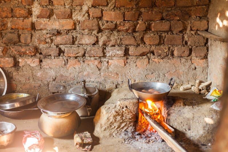 Huevos que cocinan en cocina del Nepali foto de archivo