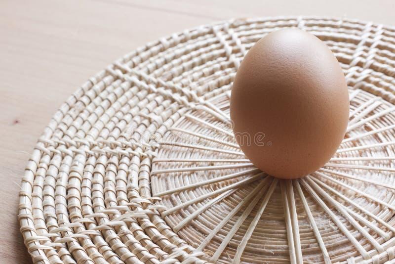 Huevos que cocinan para el desayuno, una yema de huevo de la forma de la proteína y el albumen en un fondo blanco, o en una tabla imagenes de archivo