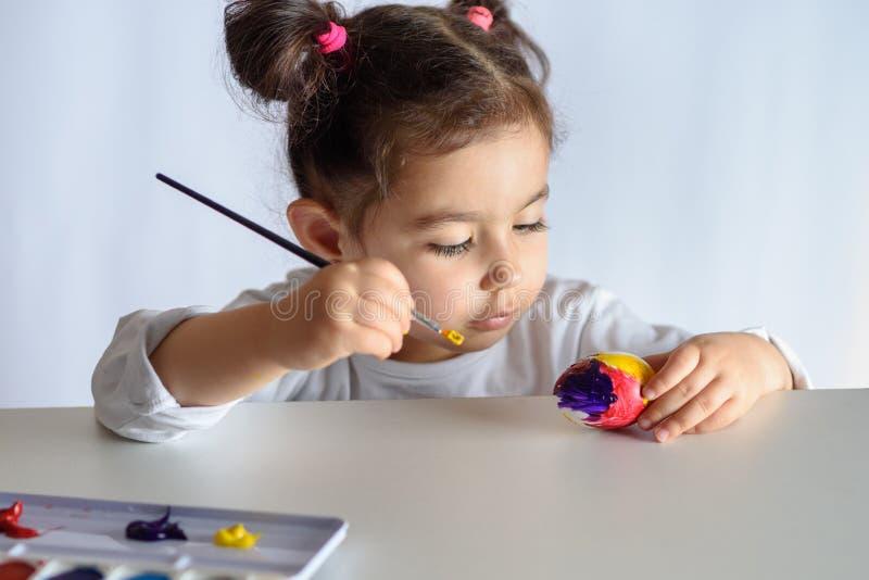 Huevos que colorean por el tiempo de pascua en casa imagen de archivo libre de regalías