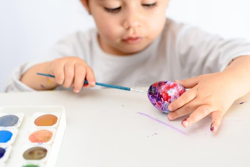 Huevos que colorean por el tiempo de pascua en casa fotos de archivo libres de regalías