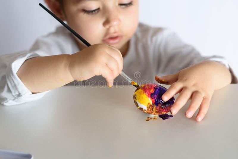 Huevos que colorean por el tiempo de pascua en casa imágenes de archivo libres de regalías