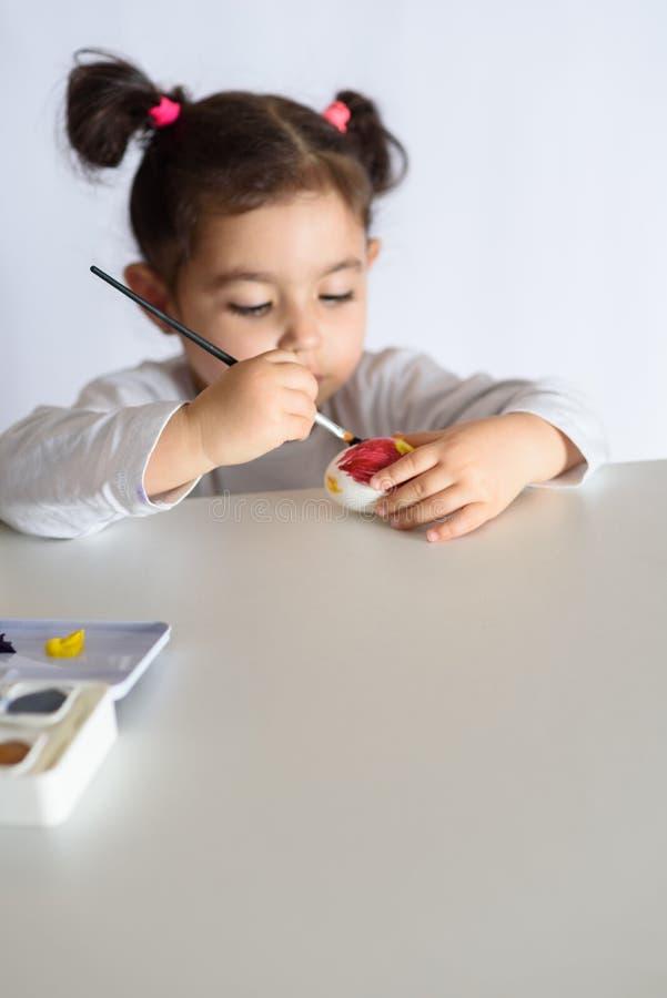 Huevos que colorean por el tiempo de pascua en casa fotos de archivo