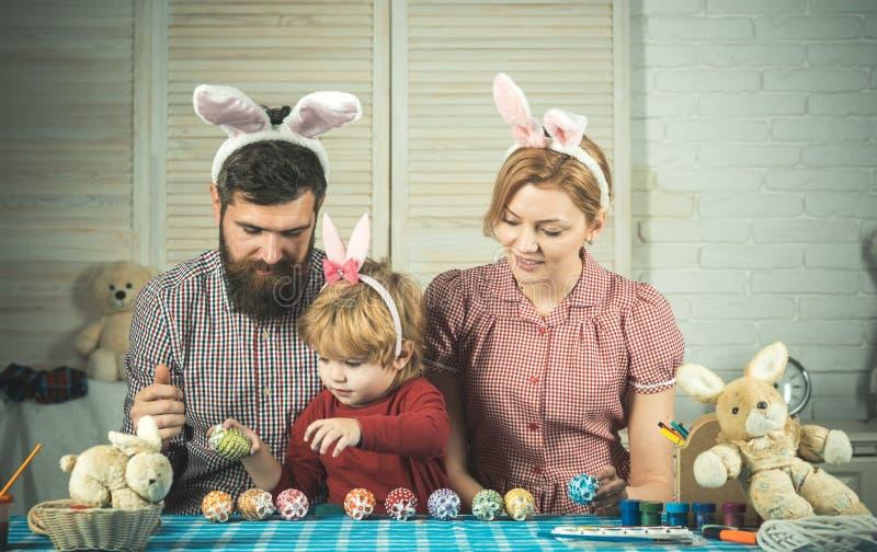 Huevos que pintan para el d?a de fiesta de pascua fotografía de archivo libre de regalías