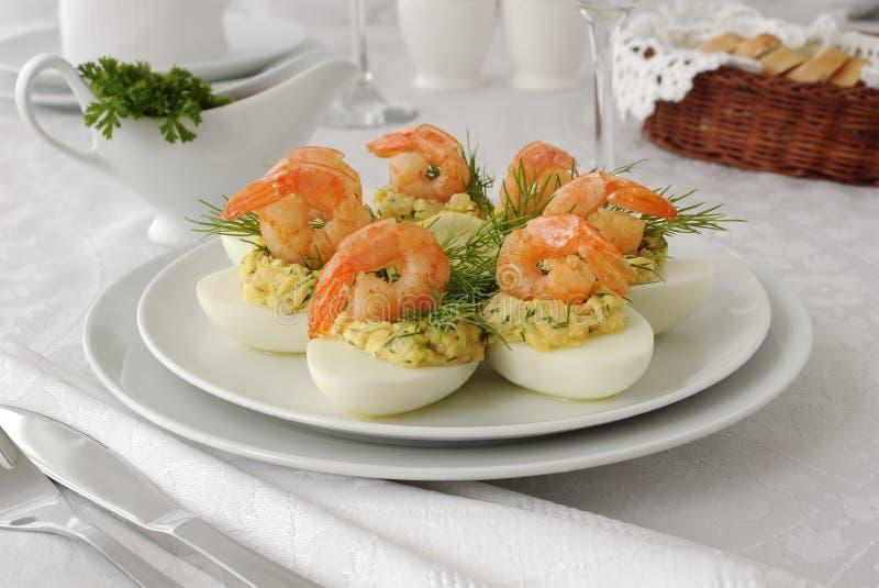 Huevos rellenos con el camarón picante imagenes de archivo