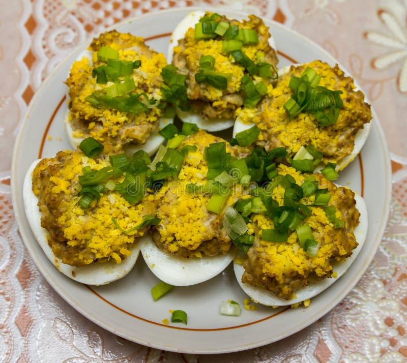 Huevos rellenos con el hígado y adornados con las yemas de huevo y la cebolla fresca imagenes de archivo