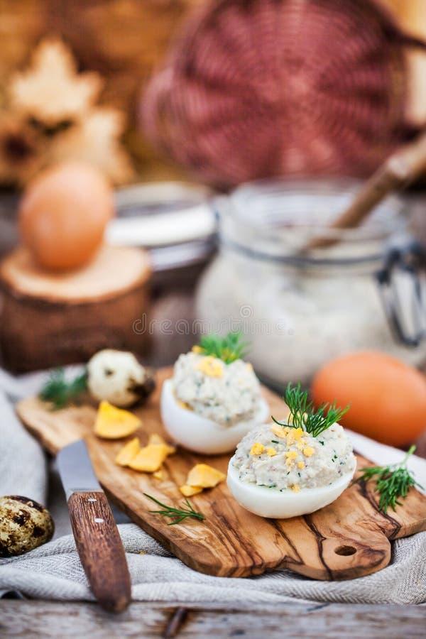 Huevos rellenos con la coronilla cremosa de los arenques en backgroun rústico de madera fotografía de archivo