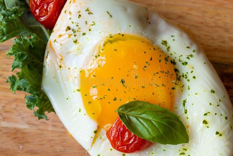 Huevos revueltos con cierre de las hojas y de la albahaca de la col rizada para arriba fotografía de archivo