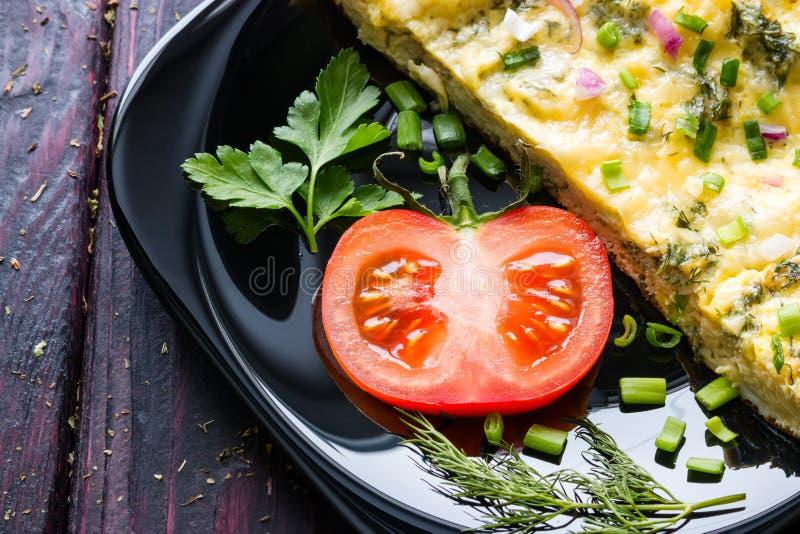 Huevos revueltos con el tomate, el perejil y el eneldo imagen de archivo libre de regalías