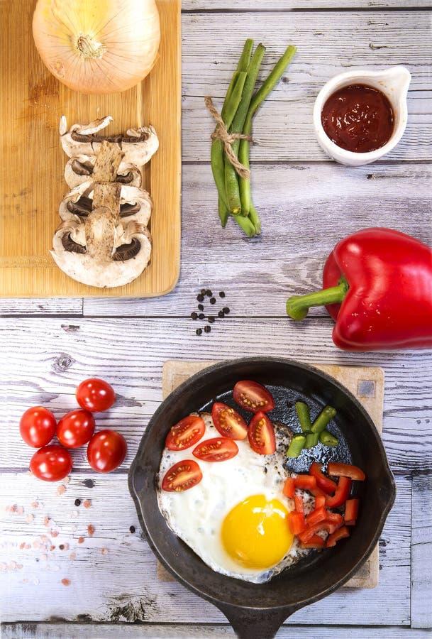 Huevos revueltos con las verduras y los productos fotografía de archivo