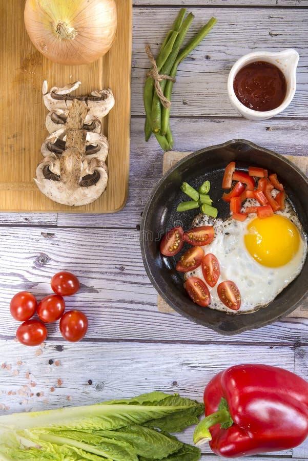 Huevos revueltos con las verduras y los productos foto de archivo libre de regalías