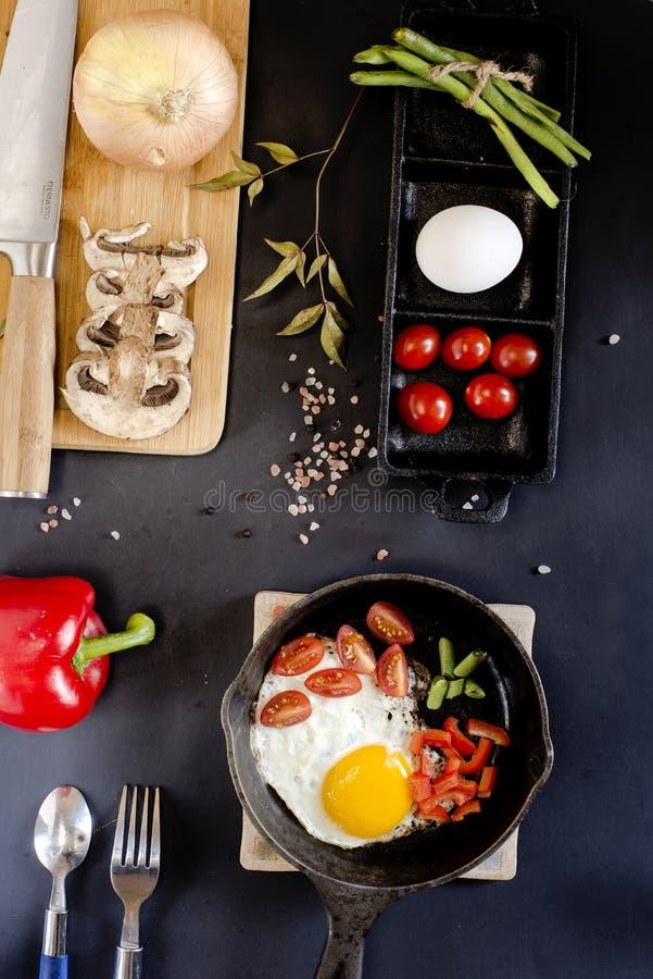 Huevos revueltos con las verduras y los productos imágenes de archivo libres de regalías