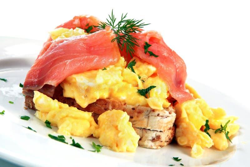 Huevos revueltos de color salmón fumados foto de archivo