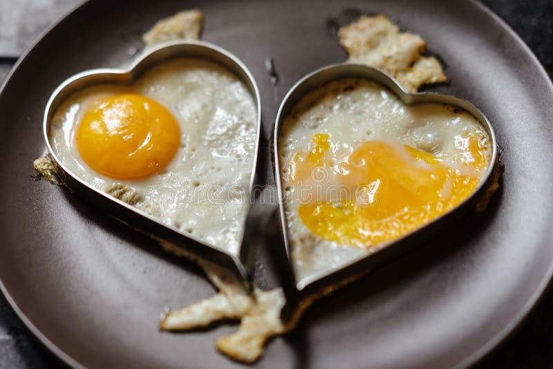 Huevos revueltos de los pares en corazones Tema del amor fotos de archivo libres de regalías