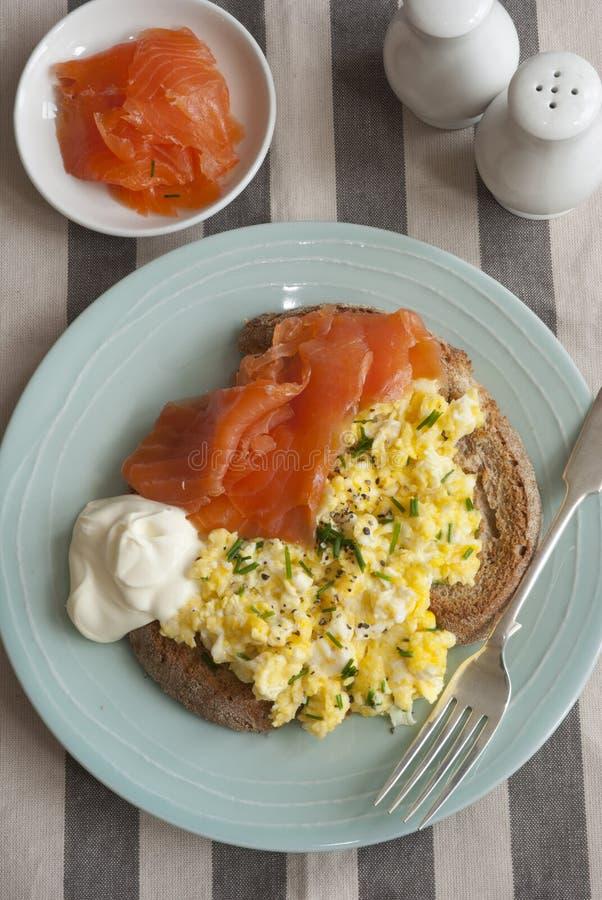 Huevos revueltos en tostada foto de archivo