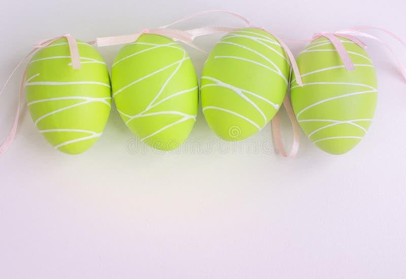 Huevos verdes en colores pastel de Pascua en blanco Fondo para Pascua imagen de archivo libre de regalías