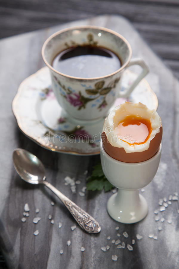 Huevos y café hervidos imagen de archivo