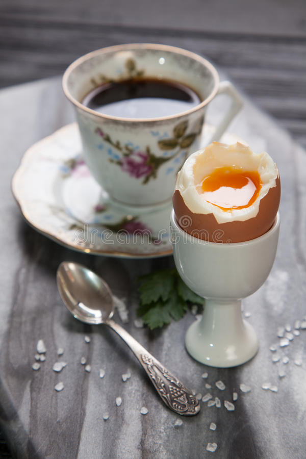 Huevos y café hervidos fotos de archivo