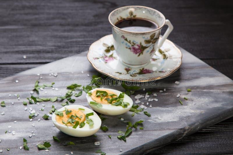 Huevos y café hervidos fotografía de archivo libre de regalías