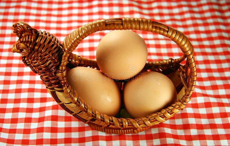 Huevos y cesta fotografía de archivo libre de regalías