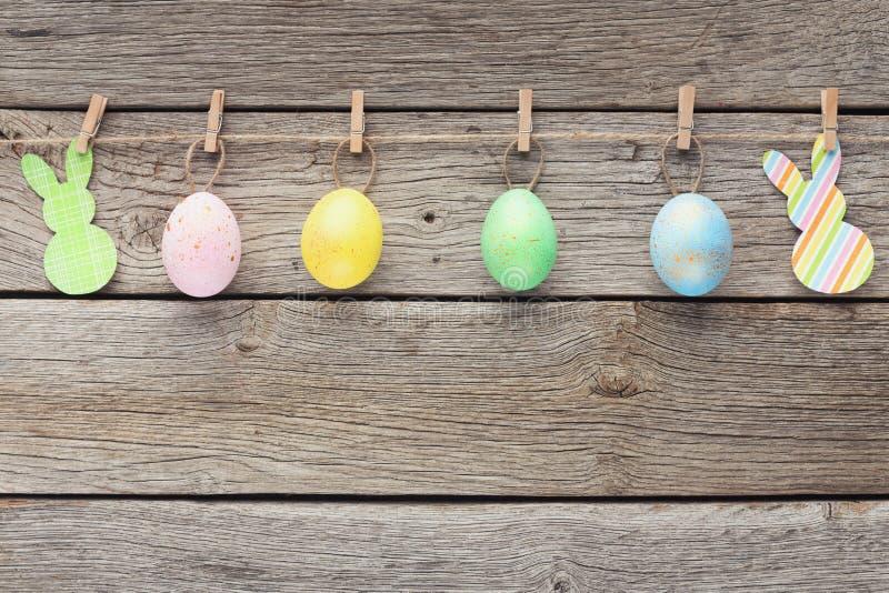 Huevos y conejos coloridos del raper en cuerda imágenes de archivo libres de regalías