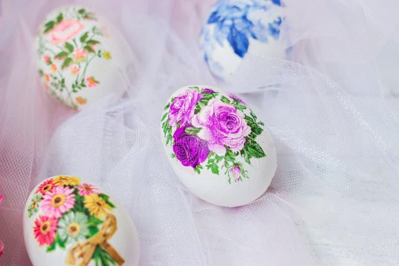 Huevos y flores adornados de Pascua en el fondo blanco de Tulle; técnica del decoupage imagenes de archivo