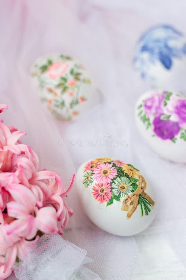Huevos y flores adornados de Pascua en el fondo blanco de Tulle; técnica del decoupage fotografía de archivo