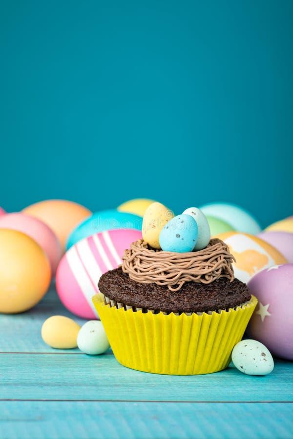Huevos y magdalena de Pascua foto de archivo libre de regalías