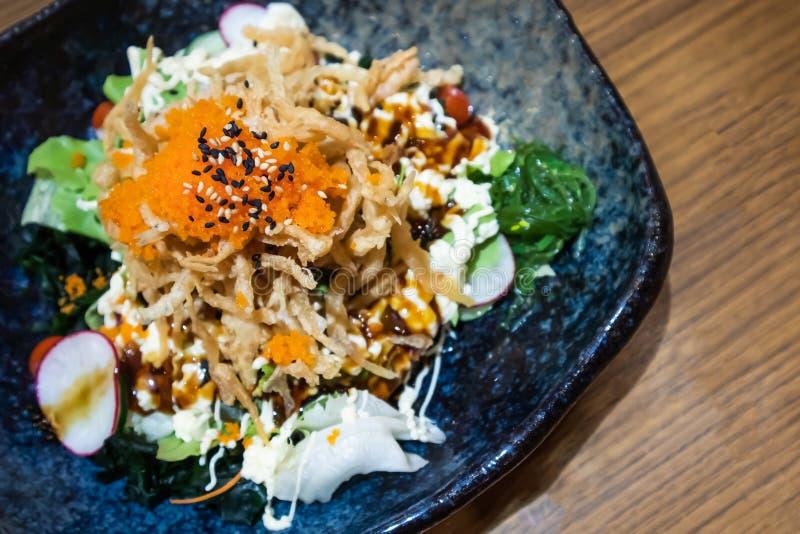 Huevos y pescados con la ensalada vegetal en la placa - estilo japonés de la comida imagenes de archivo
